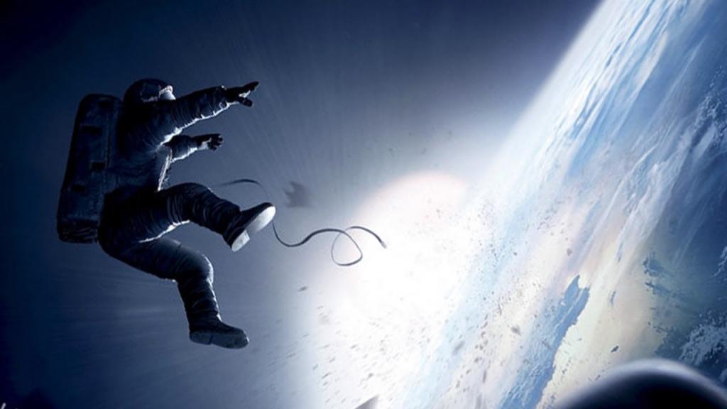 영화 Gravity에서 라이언 스톤(산드라 블록 분) 박사가 우주에서 사고로 보호줄이 끊어져 유영하는 장면