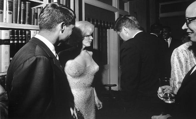 1962년, 케네디 생일에서 먼로가 생일 축하 노래 부르고 난 뒤 두 사람이 같이 있는 사진. John F. Kennedy and Marilyn Monroe together, moments after she sang 'Happy Birthday', 1962