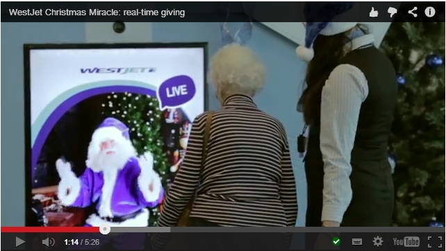 승객이 탑승권을 스캔할 때 가상의 산타가 크리스마스로 뭘 원하는 지 묻는 모습
