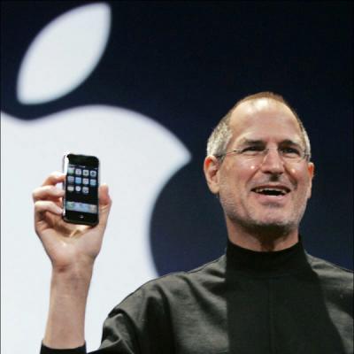 2007년 1월 9일, Macworld Expo.에서 발표 때 첫 iPhone을 들어보이는 스티브 잡스